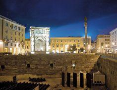 Anfiteatro romano en Lecce, en la región italiana de Puglia.  Descúbrela con nuestra guía.