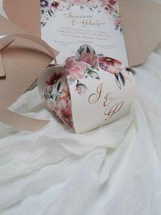Μπομπονιέρα γάμου - Φλοράλ τσαντάκι με τα αρχικά του ζεύγους. Η τιμή συμπεριλαμβάνει το ΦΠΑ και 5 κουφέτα αμυγδάλου Χατζηγιαννάκης