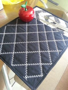 Jogo Americano...never thought about quilting with a fancy stitch....this is amazing!
