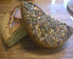 Så bliver det snart ikke nemmer at lave et brød i stegeso. Dette simple brød er ikke kun velsmagende og nemt at lave, det ligger op til en lang række af variations muligheder især med hensyn til frø/kerner. Så det er bare med at komme i gang med at lege lidt med opskriften. God fornøjelse …