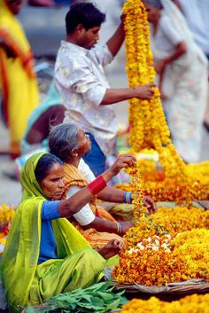 Flower Garland Sellers, Varanasi, India by Peter Tomlinson. Such a beautiful culture! We Are The World, People Around The World, Wonders Of The World, Around The Worlds, Thinking Day, Flower Garlands, Varanasi, World Of Color, World Cultures