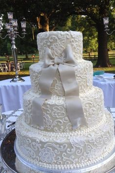 Wedding cake thia I want, with a champagne background
