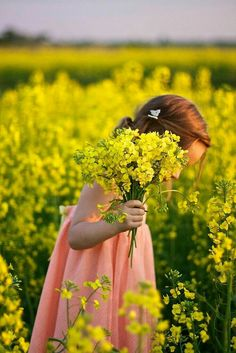 Country Living ~ child in fields of flowers Spring is here Poses, Fotografia Social, Field Of Dreams, Mellow Yellow, Color Yellow, Beautiful Children, Country Life, Country Living, Children Photography
