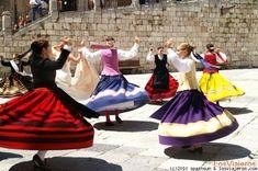 Burgos: bailes y trajes regionales  Curioso baile organizado a cuenta de una boda en la plaza de la catedral de Burgos.  Palabras clave (separadas por espacios) : Burgos, Trajes regionales
