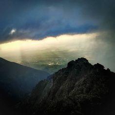 "Ak ťa zastihne zlé počasie ale ty si nájdeš ""okienko"" na relax  #praveslovenske od @striganegreanu  #slovensko #slovakia #nahory #tatramountains #storm #clouds #rain #raining #peak #rocks #mountainlife #mountainview #mountainlovers #hiking #view #beautifulview #valley #goodideaslovakia #amazing #adventure #adventures #stormclouds"