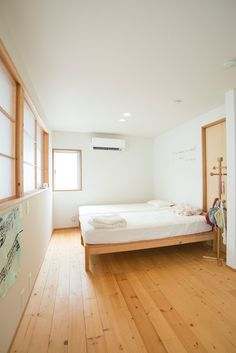 子供部屋も清潔第一。2階の床は少しワイルドに、ふしのあるパイン材を選んだ。