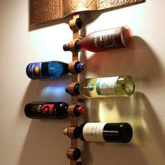 Des portes bouteilles : objets de décoration sur un mur. #Wine #Rack