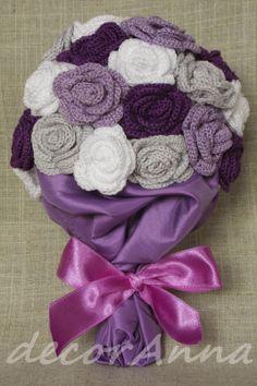 bukiet z fioletowych, szarych i białych różyczek zrobionych na szydełku