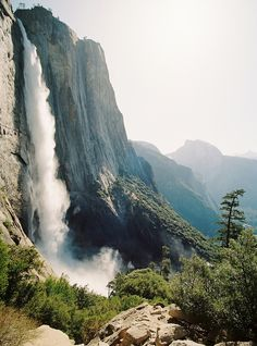 Waterfall in Yosemite - California Places To Travel, Places To See, Imagen Natural, California Camping, California Usa, Yosemite California, Sunny California, Yosemite Falls, Les Cascades