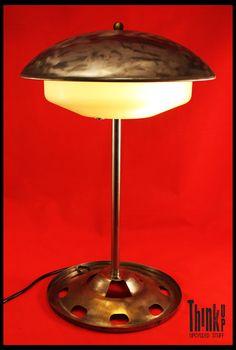 Realizzata con parti di lampada e insalatiera vintage Think Up