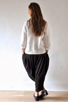 """Tenue 10: - Une chemise Uniforme en lin blanc, VDJ - Un pantalon """"femme"""" en lainage gris, VDJ"""