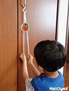 ひもを交互に引くと、てんとうむしが少しずつ上に!上に!上手にてっぺんまで登ることができるかな?しかけがシンプルな分、いろんなアレンジで楽しめそうな手作りおもちゃ。 Infant Activities, Craft Activities, Diy For Kids, Crafts For Kids, Diy And Crafts, Arts And Crafts, Montessori Practical Life, Diy Toys, Kids And Parenting