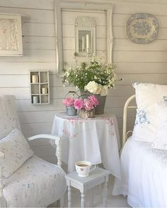 shabby chic home decor matted Shabby Chic Porch, Shabby Chic Living Room, Shabby Chic Interiors, Rustic Shabby Chic, Cottage Interiors, Shabby Chic Homes, Living Room Decor, Decorating On A Budget, Porch Decorating