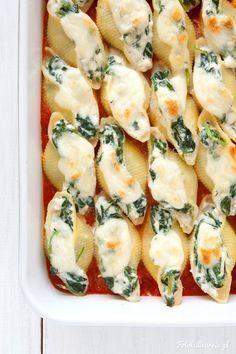 Niezawodna klasyka, czyli szpinak z fetą i makaronem, tutaj w postaci faszerowanych, zapiekanych muszli conchiglioni, w aromatycznym sosie pomidorowym.