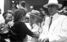 Senador Getúlio Vargas e o deputado federal Baeta Neves durante campanha de Medeiros Neto ao governo da Bahia. Entre dez 1946 e 18 jan. 1947.