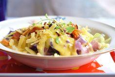 Uma dica simples que as pessoas que começamcom a dieta LCHF (dieta de baixo carboidrato) recebem é de seguir uma regra de <5 g de carboidrato por 100 g de comida. Portanto repolho é um bom opçã... Primal Recipes, Low Carb Recipes, Diet Recipes, Healthy Recipes, Healthy Food, Paleo Dinner, Lchf, Keto, Potato Salad