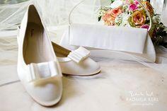 nice white wedding shoes with modern ribbon and wedding bag and wedding flower by © Radmila Kerl wedding photography munich elegante klassische Brautschuhe mit moderner Schleife und passendem Brauttäschchen
