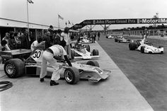 Silverstone 1975 - The Copersucar of Wilson Fittipaldi with engineer Ricardo Divila with the white parkas. Le Mans, Grand Prix, Cars And Motorcycles, 1975, Emerson, Engineer, F1, Super Cars, Brazil