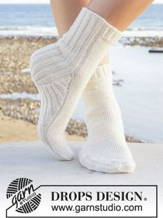 DROPS free knitting pattern for knitted socks in DROPS Fabel. The piece is worked top down with stocking stitch and rib. Sizes 35 43.. See our great prices and fast service. Drops Design, Knitting Patterns Free, Free Knitting, Baby Knitting, Crochet Patterns, Finger Knitting, Scarf Patterns, Knitting Machine, Knitted Slippers