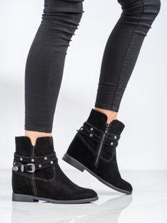 Zdobené členkové topánky Biker, Boots, Fashion, Crotch Boots, Moda, Fashion Styles, Shoe Boot, Fashion Illustrations