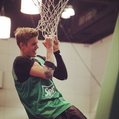 bieber-news:  julia_beverly:bieber was really doing pull ups on the bball net. no gimmick