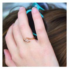 """Ce soleil… La """"dure"""" réalité des vacances ;) Bague en or rose et diamants."""