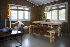 Randi Moseid synes det er helt greit at hytta ikke har innlagt vann. Dining Bench, Cottage, Inspiration, Furniture, Design, Home Decor, Long Lake, Kabine, Farmhouse Ideas