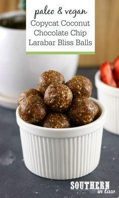Recipe: Copycat Larabar Coconut Chocolate Chip Bliss Balls (Southern In-Law) Dessert Simple, Paleo Vegan, Vegan Sugar, Coconut Chocolate, Chocolate Chips, Homemade Larabars, Healthy Desserts, Healthy Recipes, Desserts Sains