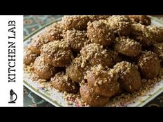 Aki's Greek Christmas Honey Cookies- Melomakarona - by Greek chef Akis Petretzikis. Wonderful aromatic, spiced cookies with honey that are like little cakes! Greek Cookies, Honey Cookies, Spice Cookies, Greek Sweets, Greek Desserts, Greek Recipes, Xmas Food, Christmas Desserts, Christmas Baking