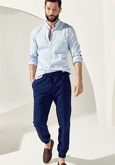 【春】ブルーバンドカラーシャツ×青ジョガーパンツの着こなし(メンズ) | Italy Web
