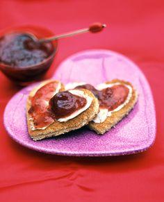 Toast mit Erdbeerkonfitüre in Herzform | Zeit: 5 Min. | http://eatsmarter.de/rezepte/toast-mit-erdbeerkonfituere-in-herzform