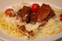 Μοσχαράκι με πορτοκάλι και ντοματίνια Σαντορίνης Spaghetti, Meat, Chicken, Ethnic Recipes, Food, Essen, Meals, Yemek, Noodle