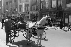 Utrecht _ Nachtegaalstraat - taxikoetsje - 1942 - fotograaf Nico Jesse