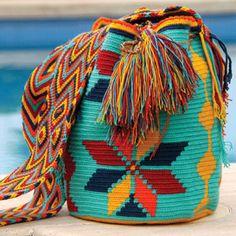 Wayuu bolso oferta 91 behandelt Handwerk El auténtico bolso Wayuu de la guajira al mejor precio - MOFLYS OUTFITTERS Tapestry Bag, Tapestry Crochet, Knit Crochet, Crotchet Bags, Knitted Bags, Tribal Patterns, Crochet Pencil Case, Cross Stitch Geometric, Crochet Tote