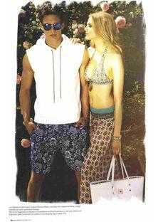 Su Men's Health Italia di agosto: Felpa bianca con cappuccio Hosio, Bermuda stampa a fiori Obvious basic, shopping bag in pelle V73