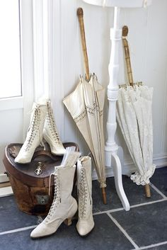 victorian style granny boots and parasols or umbrellas Victorian Shoes, Victorian Era, Victorian Fashion, Vintage Fashion, Vintage Shoes, Vintage Dresses, Vintage Outfits, Vintage Umbrella, Moda Vintage