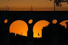 Sol se põe por trás dos Arcos da Lapa, Rio de Janeiro.
