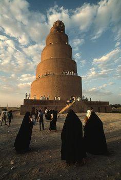 ✭ Women shrouded in black approach the Spiral Minaret at Samarra - Iraq