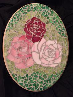 Mosaic roses Mosaic Tray, Paper Mosaic, Mirror Mosaic, Mosaic Glass, Mosaic Tiles, Stained Glass Patterns, Mosaic Patterns, Stained Glass Projects, Mosaic Art Projects