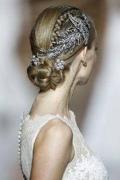 Recogido para novia con trenzas y apliques de pedrería. http://www.luciasecasa.com/noticias/recogidos-para-bodas/