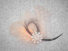 feather hair facinator Facinator Hats, Fascinator, Gatsby Accessories, Hair Accessories, Wedding Make Up, Wedding Hair, Feather Hair Clips, Bling, Feathered Hairstyles