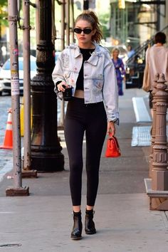 Gigi Hadid Looks Fashionable While Heading to Zayn Malik's Place in NYC!: Photo Gigi Hadid is looking chic! The model was spotted making her way to boyfriend Zayn Malik's house on Thursday (July in New York City. Rihanna Street Style, Model Street Style, Berlin Street Style, Looks Street Style, Casual Street Style, Looks Style, London Street, Trendy Style, Gigi Hadid Casual