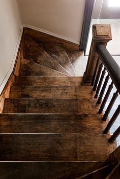You belong to these groups those who rarely care about glamour and over-the-top designs for your home, then this is definitely your cup of joe. See this post to get 5 diy home decor ideas on budget. Wood Staircase, Stairs, Staircases, Staircase Design, San Diego, Diy Home Decor, Room Decor, Reclaimed Wood Shelves, Natural Wood Flooring