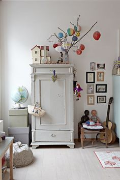 Lille Nord 04 paper lanterns hanging from twigs in simple and organized kids room. use an armoire small gallery The post Lille Nord 04 appeared first on Paper Diy. Casa Kids, Deco Kids, Kids Room Organization, Organizing Ideas, Little Girl Rooms, Kid Spaces, Kids Decor, Girls Bedroom, Bedroom Ideas