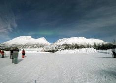 O tour para observar Auroras Boreais numa Estação Base espera numa tenda de madeira que as auroras se exibam nos céus do Árctico. É adequado para céu limpo.