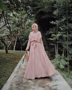 Long dressnya majiw sekali @fayztores 💗 Hijab Prom Dress, Muslimah Wedding Dress, Hijab Evening Dress, Muslim Dress, Dress Outfits, Fashion Dresses, Kebaya Dress, Dress Pesta, Simple Gowns