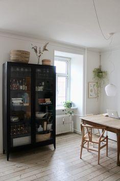 Diy Interior, Interior Design, Muebles Living, Living Comedor, Glass Cabinet Doors, Living Room Storage, Living Room Inspiration, Ikea Hack, Decoration