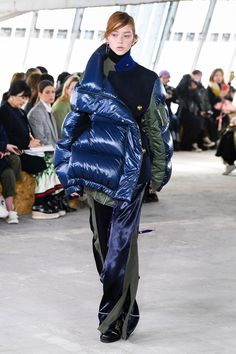 The complete Sacai Fall 2018 Ready-to-Wear fashion show now on Vogue Runway. Runway Fashion, High Fashion, Womens Fashion, Fashion Trends, Autumn Fashion 2018, Vogue Russia, Fashion Show Collection, Balenciaga, Ideias Fashion
