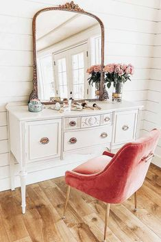 We have selected the best-looking and most convenient makeup vanity table designs to give you some inspiration for the next time you redecorate. #makeupvanity #vanitytable #makeuporganization