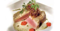 Medallones de atún rojo con fondue de queso gorgonzola y alcaparras